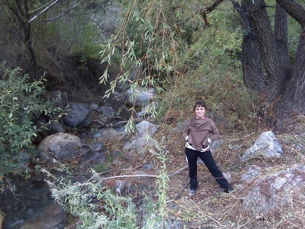 Marijose junto al rio Monachil, a la altura de la Dehesilla